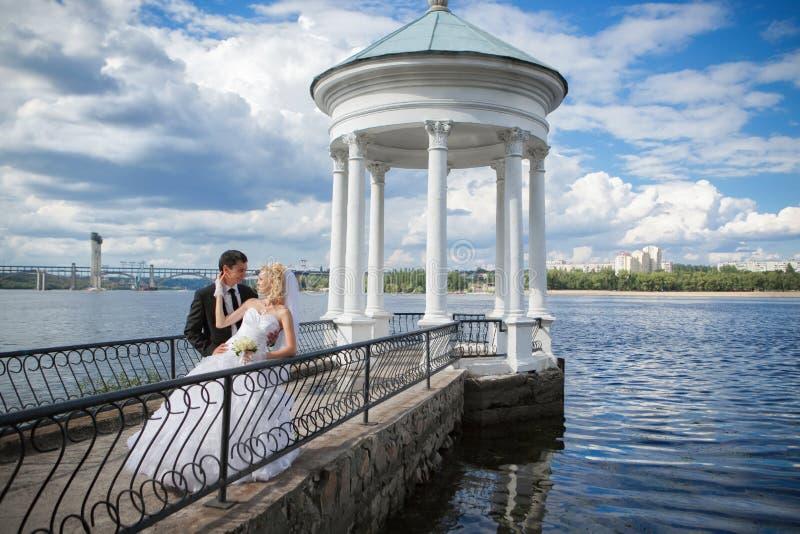 Bräutigam und die Braut in ihrem Hochzeitstag stockbilder