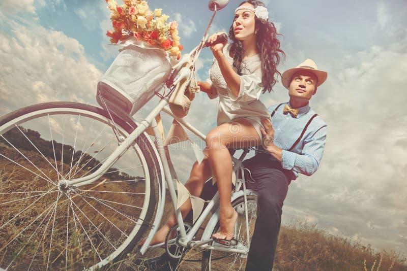 Bräutigam und die Braut mit einem Fahrrad lizenzfreie stockfotos