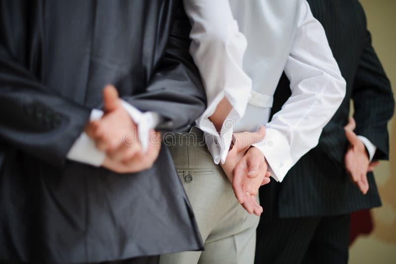 Bräutigam und Groomsmen mit ihren Händen nach lizenzfreie stockfotos
