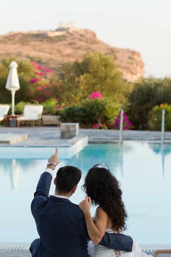 Bräutigam zeigt seinen Verlobtes Tempel von Poseidon lizenzfreie stockfotografie