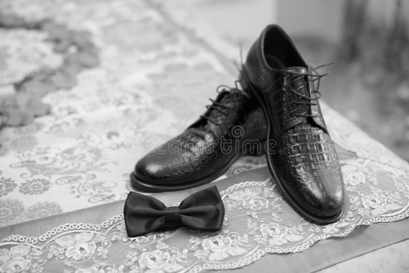 Bräutigambogen mit Schuhen, schwarze Schuhe, Bräutigamschuhe, weddingday Schuhe stockfotos