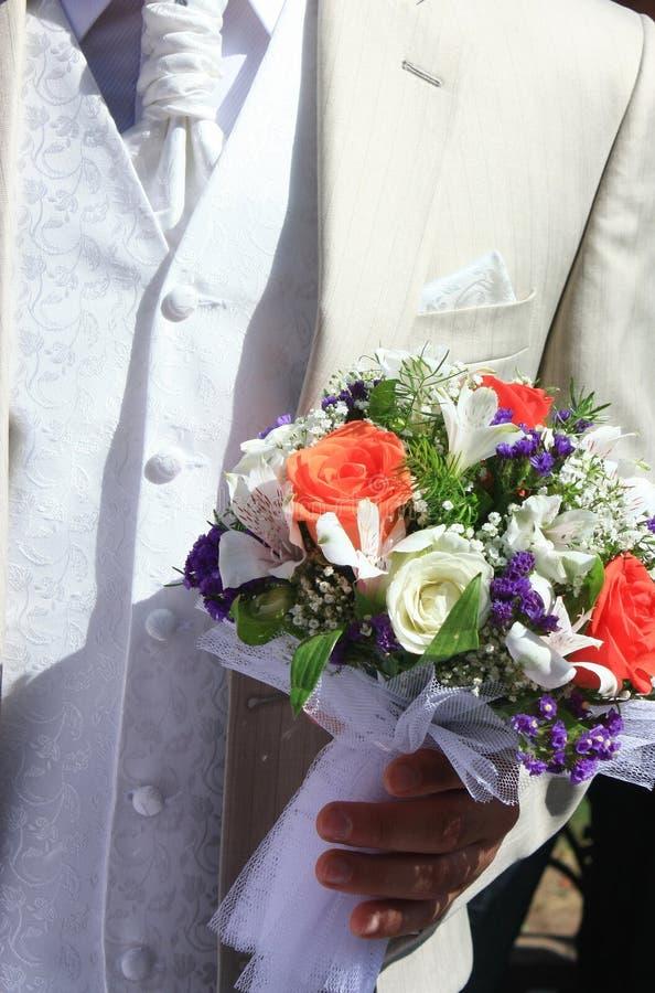 Bräutigamholdingblumenstrauß stockfotografie