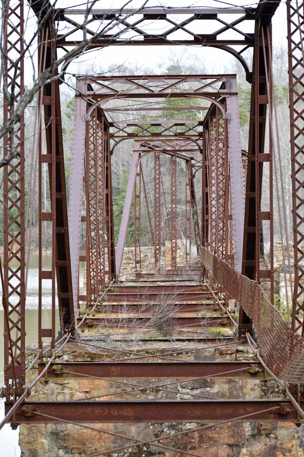 Bråckbandet av en övergiven bro på den sydliga textilen maler fördärvar arkivfoton