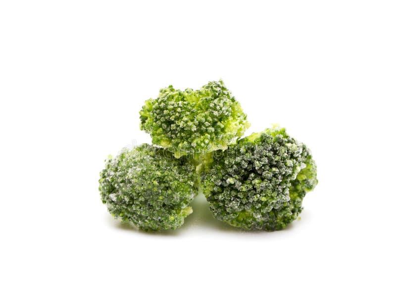 Brócolis congelados em um fundo branco fotos de stock
