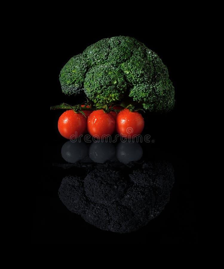 Brócolis e tomates imagens de stock
