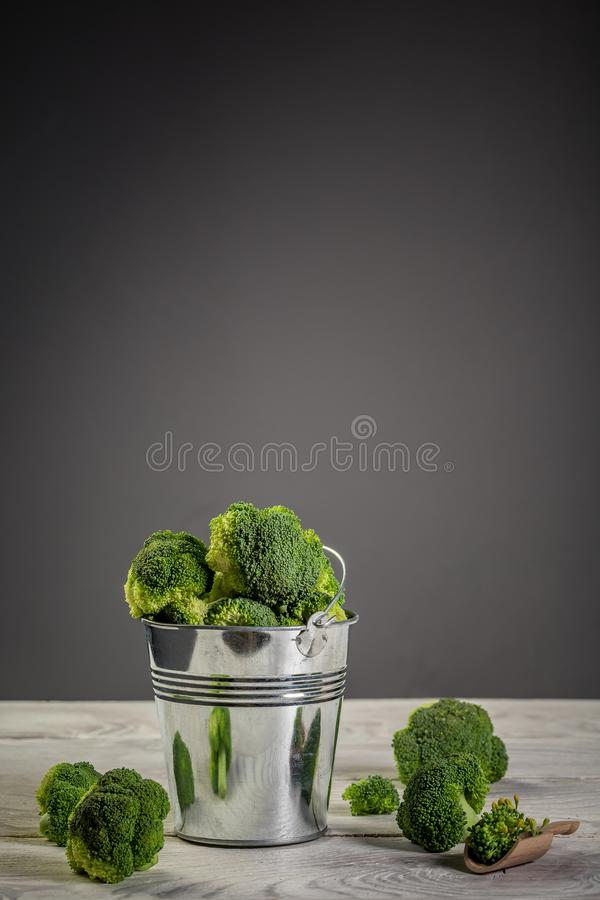 Brócolis fresco na tigela Brócolis Raw Verde Saudável imagem vertical imagens de stock royalty free