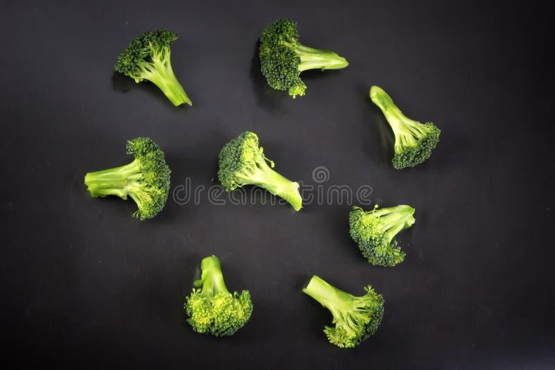 Brócolis frescos com um fundo preto fotos de stock royalty free