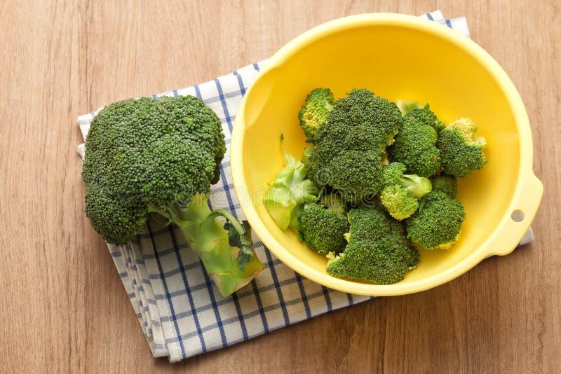 Brócolis na bacia fotos de stock royalty free