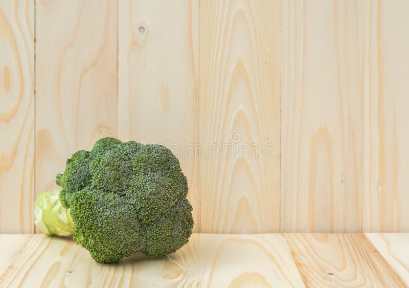 Brócolis na tabela de madeira imagens de stock