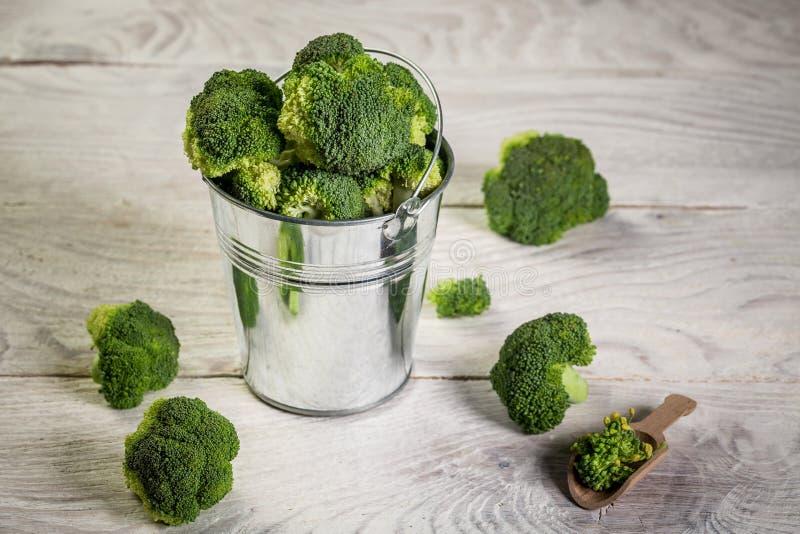 Brócolis Raw Verde Saudável brócolis num balde de metal fotos de stock royalty free
