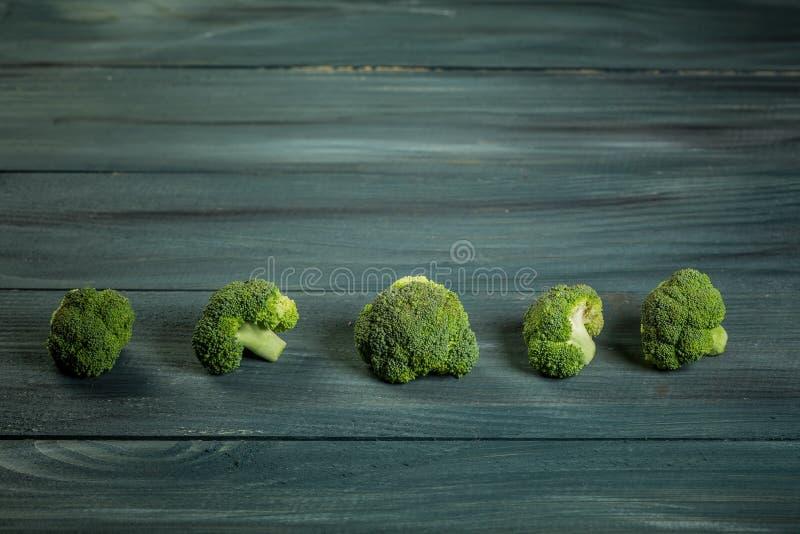 Brócolis Raw Verde Saudável Brócolis a vapor isolado em fundo de woden fotos de stock