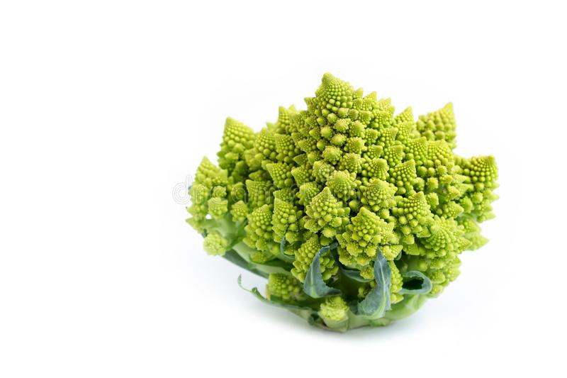 Brócolis romano sobre fundo branco isolado Produtos hortícolas incomuns fotos de stock