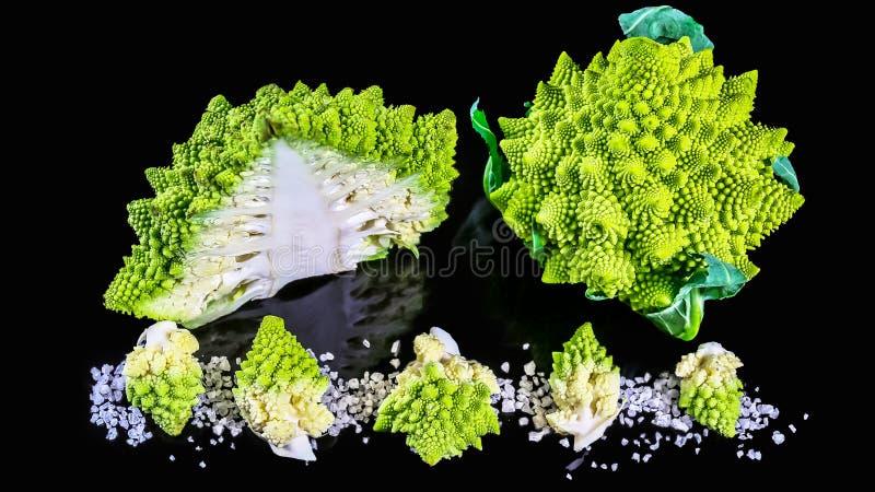 Brócolis verdes frescos de Romanesco em uma placa de madeira, em um fundo de madeira rústico - saudável ou em um conceito do alim imagem de stock