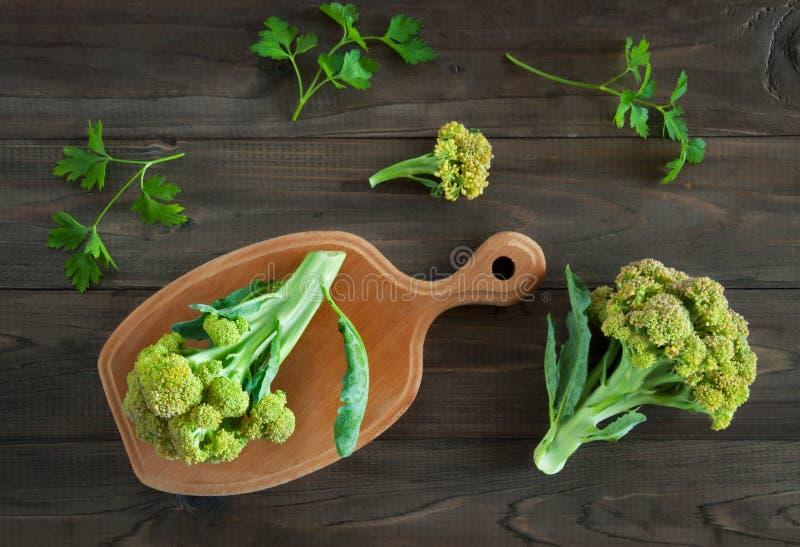 Brócolis verdes frescos no fundo de madeira fotografia de stock