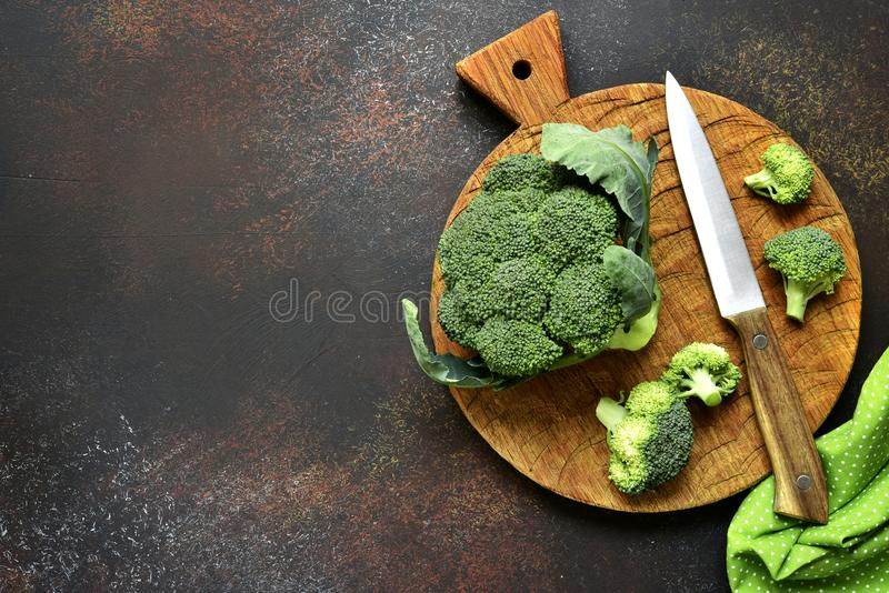 Bróculi crudo Visión superior con el espacio de la copia imagenes de archivo