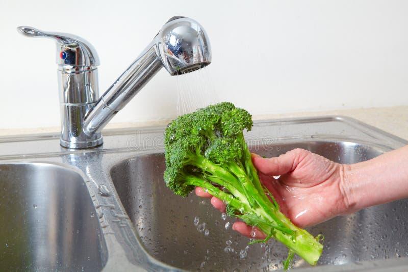 Bróculi en el fregadero fotos de archivo