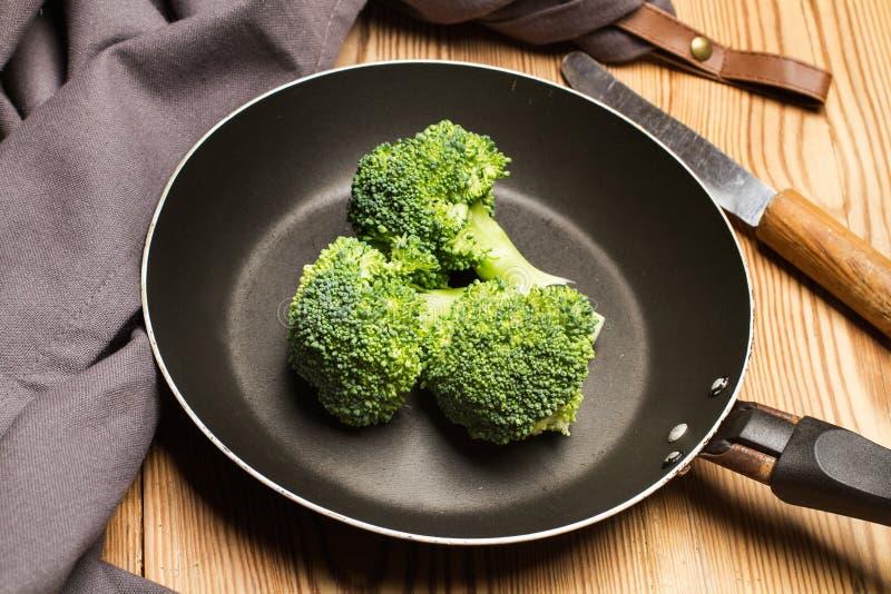 bróculi en una cacerola fotos de archivo