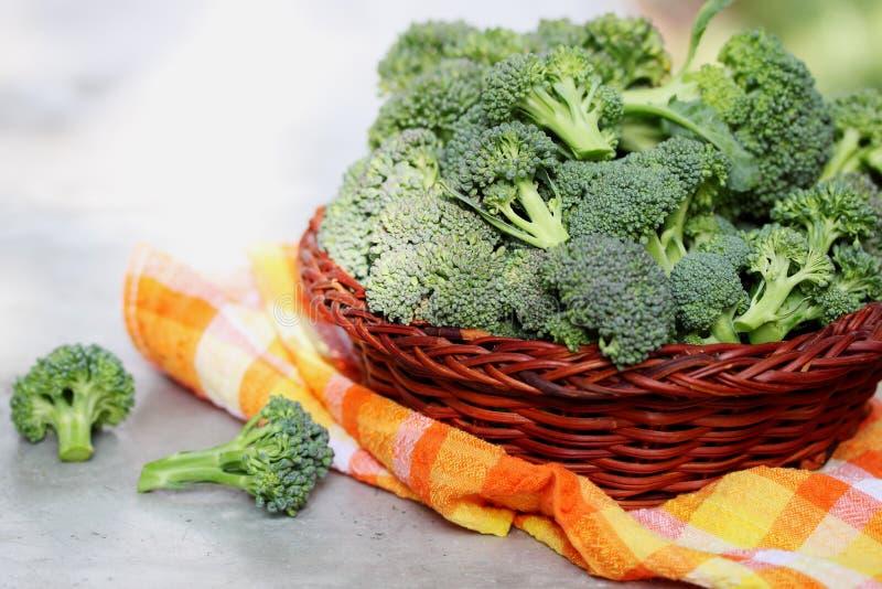 Bróculi en una cesta imagen de archivo