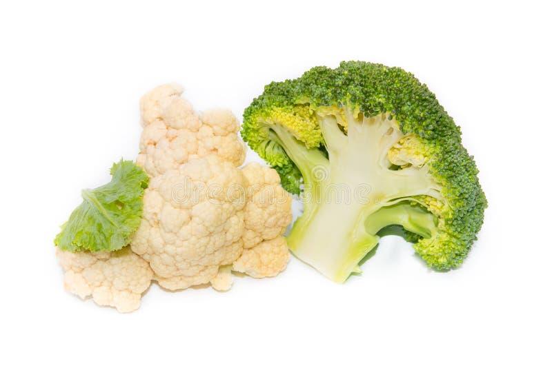 Bróculi fresco y coliflor verdes aislados en el backgroun blanco imágenes de archivo libres de regalías