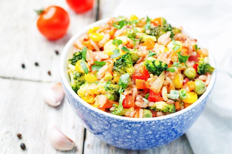 Bróculi, maíz, pimienta roja, guisantes verdes rojos y arroz blanco foto de archivo libre de regalías