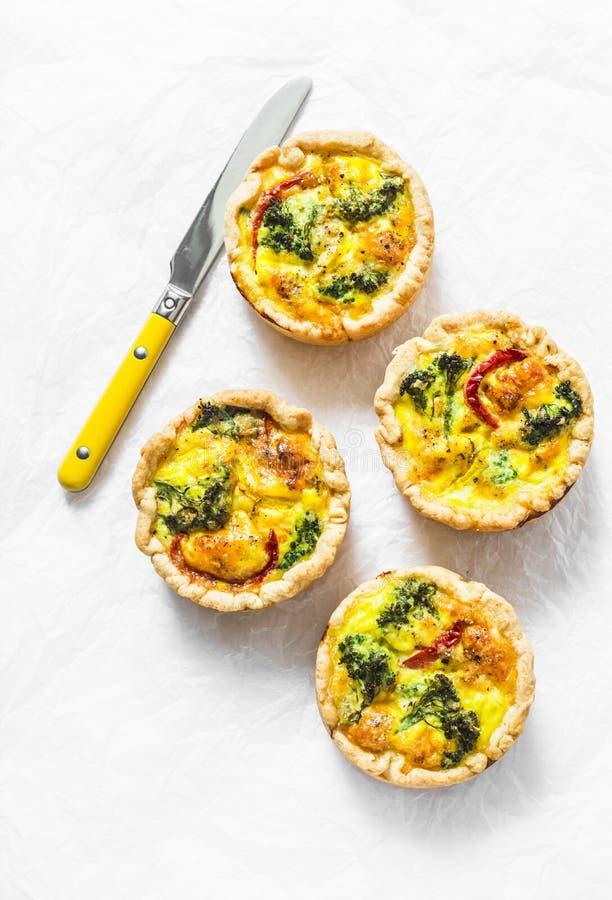 Bróculi, patatas, paprikas, mini empanadas del queso en un fondo ligero, visión superior Desayuno, bocado, aperitivos foto de archivo