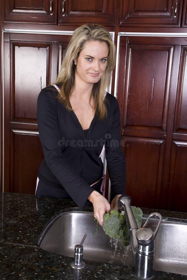 Bróculi que se lava de la mujer fotografía de archivo libre de regalías