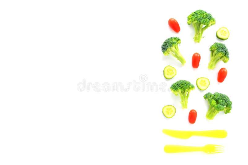 Bróculi, tomates y composición de los pepinos con los cubiertos imágenes de archivo libres de regalías