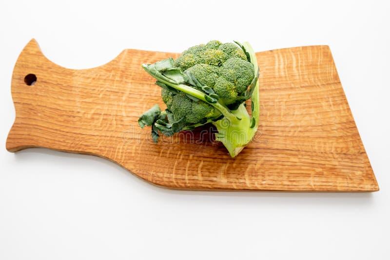 Bróculi verde fresco en la tabla de cortar, comida arriba verduras verdes con la tabla de cortar de madera vacía Visión superior, imagen de archivo libre de regalías