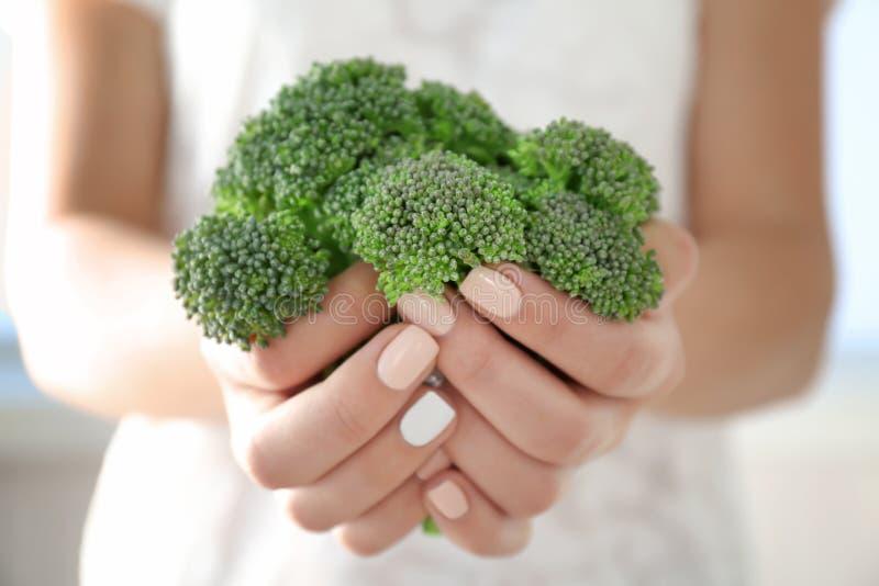 Bróculi verde fresco en manos fotos de archivo libres de regalías