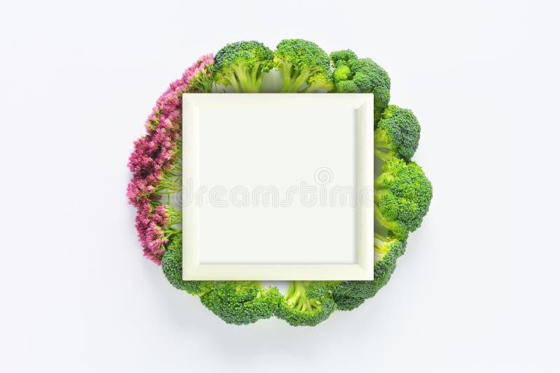 Bróculi y composición redonda de las flores con el marco fotos de archivo