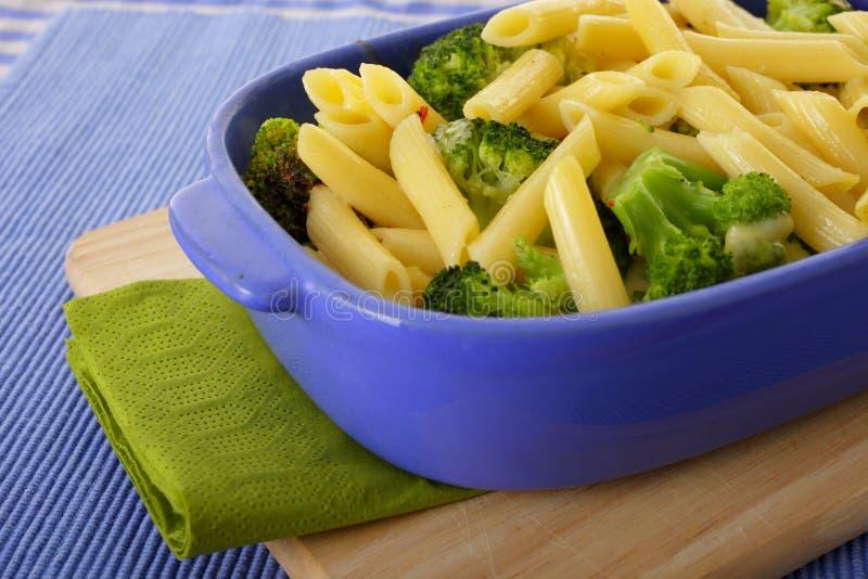Bróculi y pastas cocidos al horno fotografía de archivo