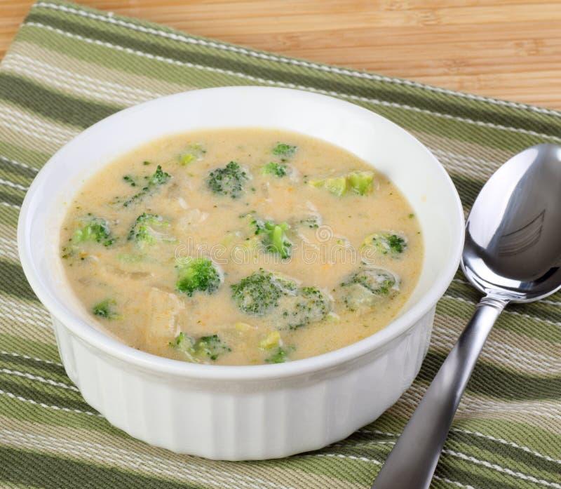 Bróculos e sopa de Chedar imagens de stock