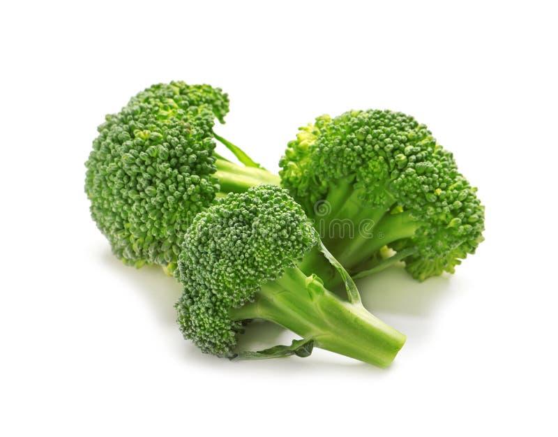 Bróculos frescos no fundo branco Elevação natural do alimento imagem de stock royalty free