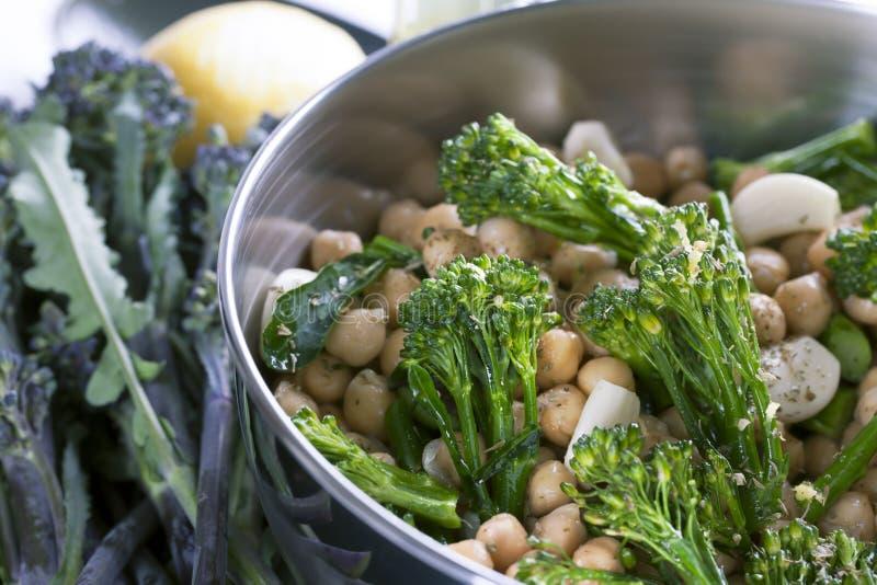 Bróculos, grãos-de-bico e alho crus. imagem de stock