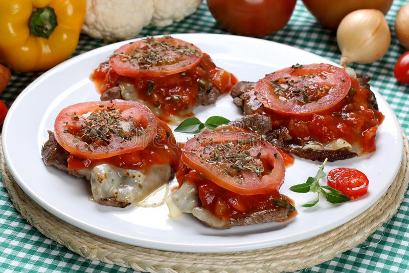 Bröade biffar med ostar och tomatsås royaltyfria foton