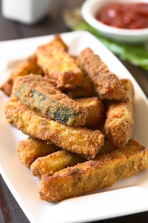 Bröade Fried Zucchini Sticks arkivbilder