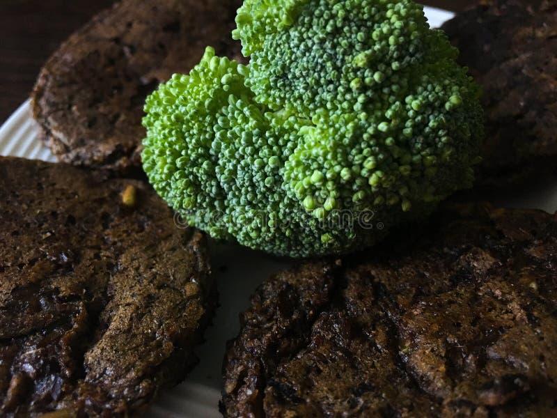 Bröd bakar ihop med broccoli på en platta royaltyfri fotografi