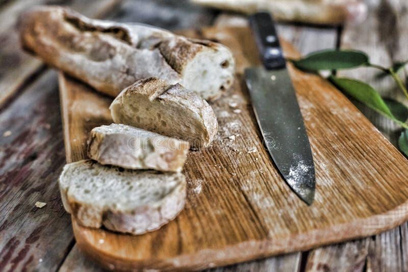 Bröd Ciabatta med stycken på en trätabell Landsstil 1 livstid fortfarande arkivbilder