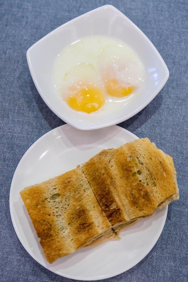 Bröd för den Singapore frukosten Kaya Toast, kaffeoch halvan kokade ägget arkivbilder