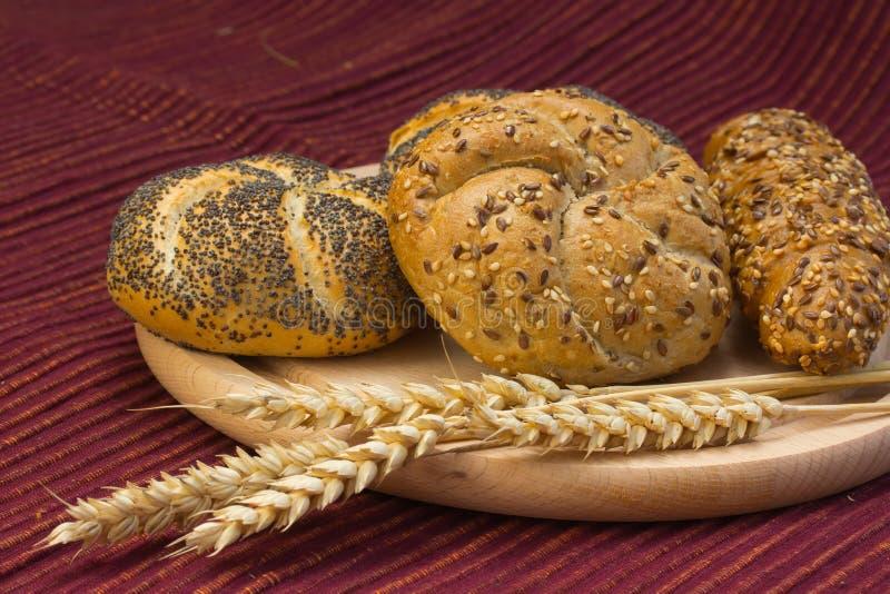 Bröd för helt vete på tabellen royaltyfri bild
