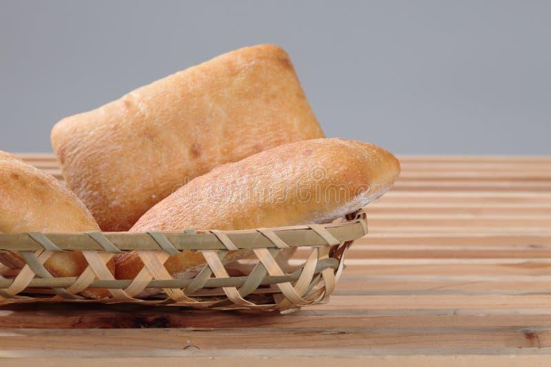 Bröd i korg royaltyfri bild