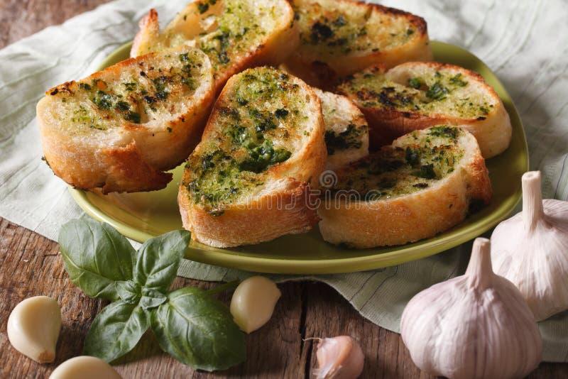 Bröd med basilika- och vitlökcloseupen på plattan horisontal royaltyfria bilder