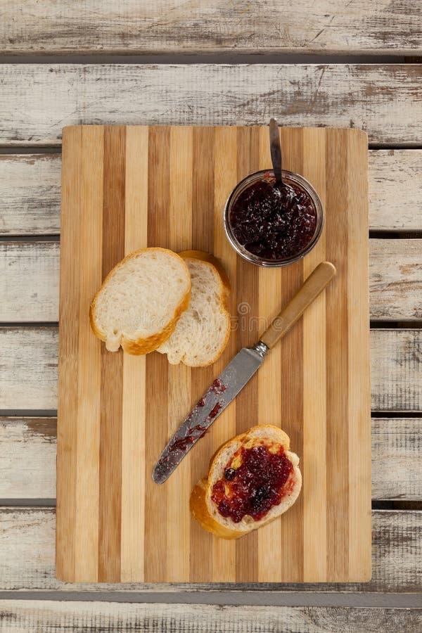 Bröd med driftstopp och kniven royaltyfri bild