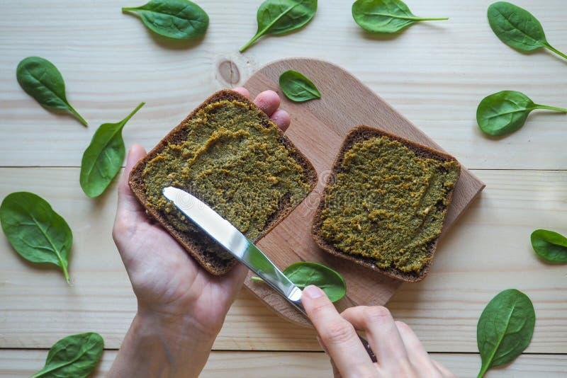 Bröd med en läcker sås av spenat royaltyfri foto