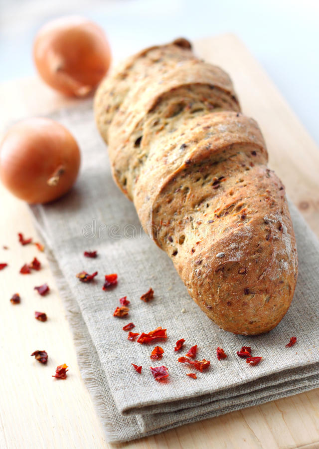 Bröd med löken, paprika, spiskummin och dill arkivbild