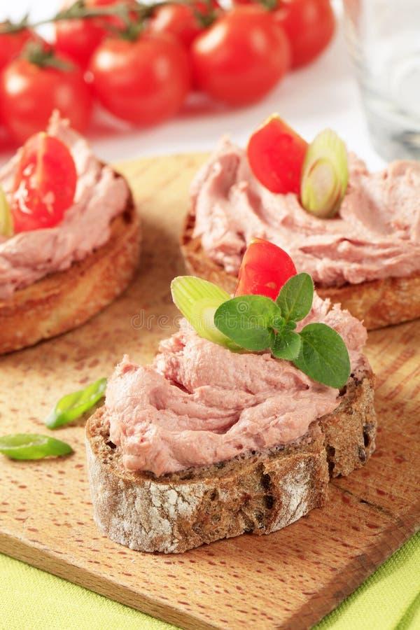 Bröd med meatmousse royaltyfria bilder