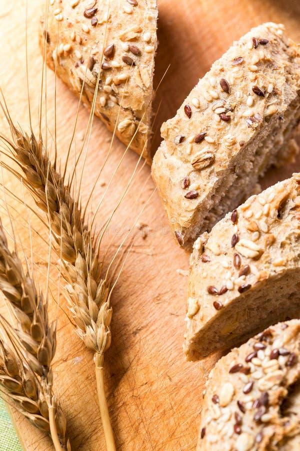 Bröd med skivat frö arkivbilder