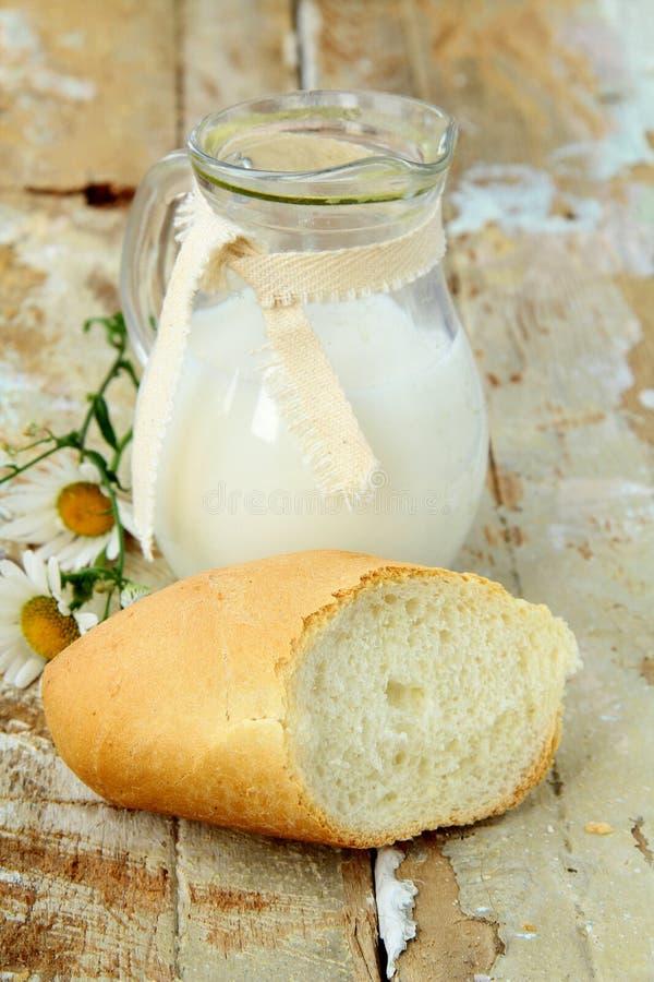 bröd mjölkar kannawhite arkivbild