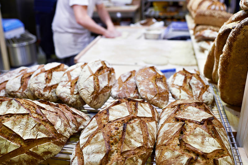 Bröd och deg släntrar danande i bageri royaltyfri foto