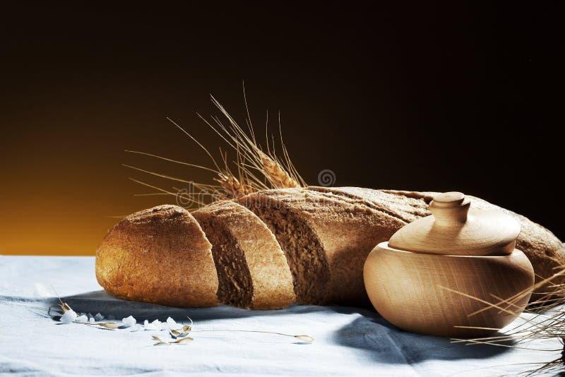 Bröd och saltar arkivbild
